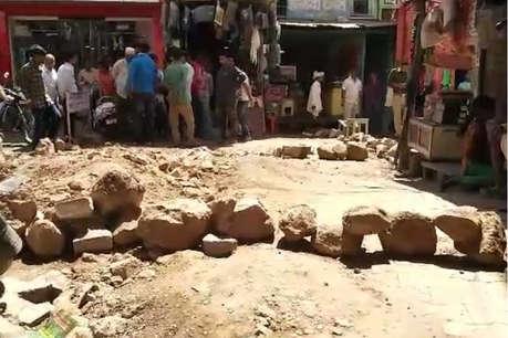 प्रतापगढ़ में गुस्साए लोगों ने सदर बाजार में किया प्रदर्शन