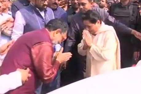 लखनऊ में बसपा सुप्रीमो मायावती की सपा नेता राम गोविंद चौधरी से मुलाकात
