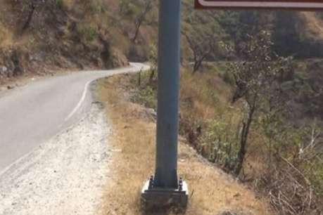 अल्मोड़ा हादसाः बैरिकेडिंग ही नहीं है जहां दुर्घटना हुई, ज़रा से चूके और गए खाई में