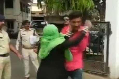 रेप पीड़िता की मां ने पुलिस के सामने आरोपी की कर दी जमकर धुनाई