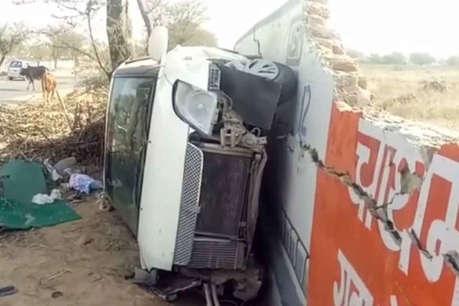 OMG! हादसे में कार के उड़े परखच्चे, लेकिन युवकों को नहीं आई एक खरोंच