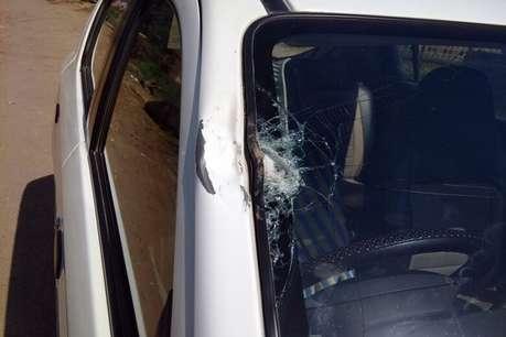 नकल करने से रोका तो दो छात्रों ने टीचर पर किया हमला, गाड़ी का शीशा तोड़ा