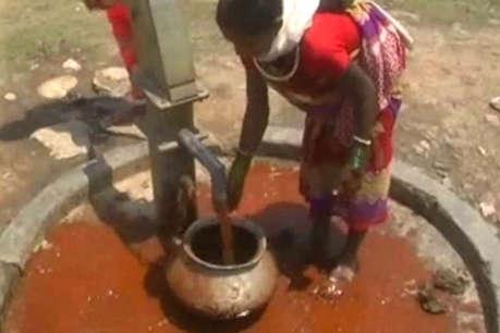 यहां हैंडपंप से निकल रहे लाल पानी पीने को मजबूर बैगा आदिवासी