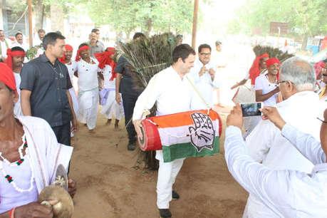 सीतापुर में आदिवासियों के बीच राहुल गांधी ने बजाया ढोल