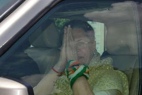 इस तरह सोनिया-प्रियंका गांधी के नेतृत्व में कर्नाटक की जंग लड़ रही कांग्रेस