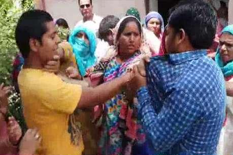 पानी की सप्लाई न आने से नाराज महिलाओं ने जेई को जड़े थप्पड़