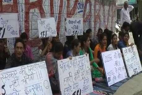 हमीरपुर में भूख हड़ताल और धरने पर बैठे पोलिटेक्निक कॉलेज के स्टूडेंट