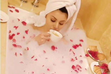 बाथटब में चाय पी रही हैं उर्वशी रौतेला, तस्वीरें हुईं Viral