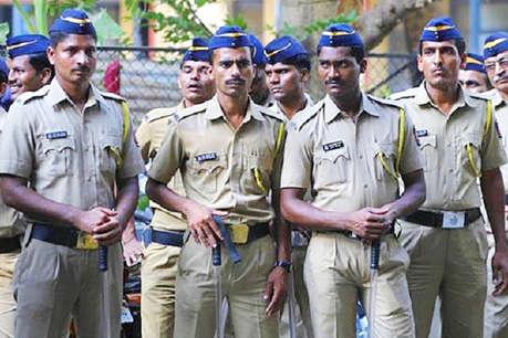 रिश्वत के तौर पर सादे कागजों का बंडल लेते अधिकारी पकड़ा गया