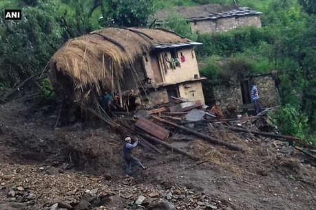 उत्तराखंड के चमोली में बादल फटने से कई दुकानें और गाड़ियां क्षतिग्रस्त