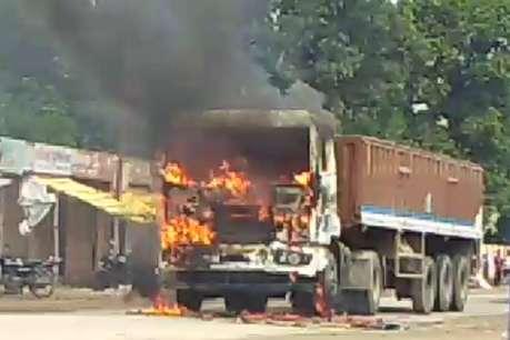 जौनपुर में भीषण सड़क हादसा, 6 लोगों की दर्दनाक मौत, ग्रामीणों ने ट्रेलर में लगाई आग