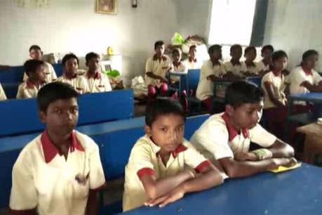 यहां दो कमरे में पढ़ते हैं 200 बच्चे, क्लास 1 से लेकर 8 तक के बच्चे बैठते हैं एक साथ