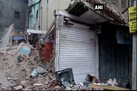 वडोदरा के मंडवी में तीन मंजिला इमारत गिरी, पांच लोग मलवे से निकाले गए