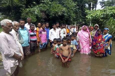 बदहाली और जन प्रतिनिधियों की उपेक्षा को लेकर बिहार के इस गांव के लोगों ने किया जल सत्याग्रह