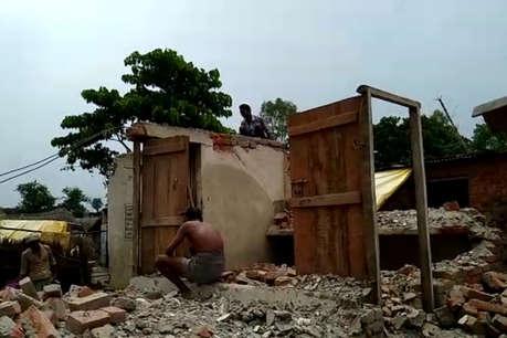 उफनाई घाघरा से यहां दहशत में लोग, अपने ही हाथों मकान तोड़ कर रहे पलायन