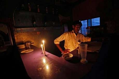 दिल्ली से सटे इस गांव में 19 दिन से बिजली गुल, लोग पैसे देकर चार्ज कर रहे मोबाइल