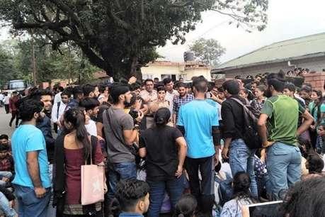 हिट एंड रन : छात्रा की मौत पर गुस्साए छात्र-छात्राओं ने हाईवे जाम किया