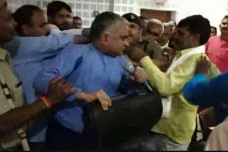 बलिया: बीजेपी विधायक सुरेंद्र सिंह ने डीएम के सामने DIOS से की हाथापाई