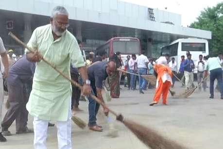 योगी सरकार के परिवहन मंत्री ने झाड़ू लगाकर की साफ-सफाई