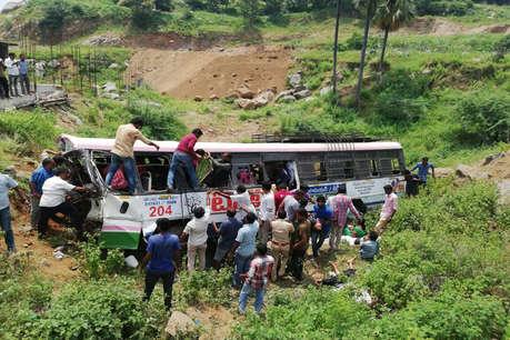 तेलंगाना: खाई में गिरी बस, 7 बच्चों सहित 52 लोगों की मौत