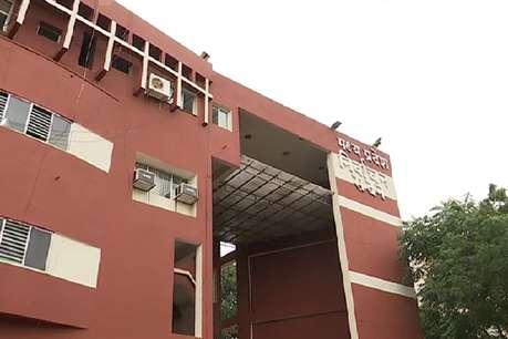 पुलिसकर्मी से सीएम का कराया गुणगान, चुनाव आयोग ने बीजेपी को भेजा नोटिस
