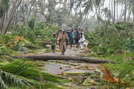 'तितली' तूफान ने आंध्र प्रदेश में आठ लोगों की जान, ओडिशा में भारी नुकसान