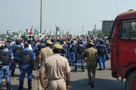 दिल्ली कूच को अड़े किसानों पर पुलिस ने दागे आंसू गैस के गोले, किया लाठीचार्ज
