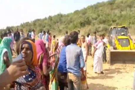 मिट्टी खोदने गयी महिलाओं की खदान में बनी कब्र : 3 की मौत-1 घायल