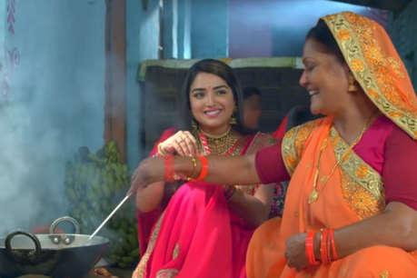 Chhath 2018 : घर वालों के साथ घर पर ठेकुआ बनाती दिखीं आम्रपाली दुबे, VIDEO वायरल