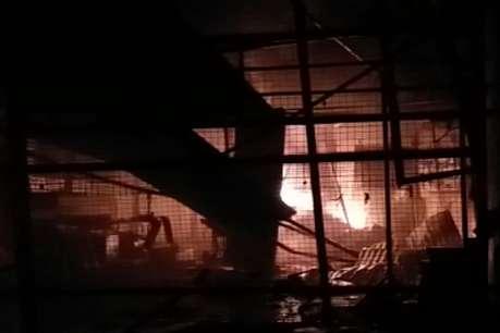 टोंक के कबाड़ गोदाम में लगी आग, लाखों का माल हुआ खाक