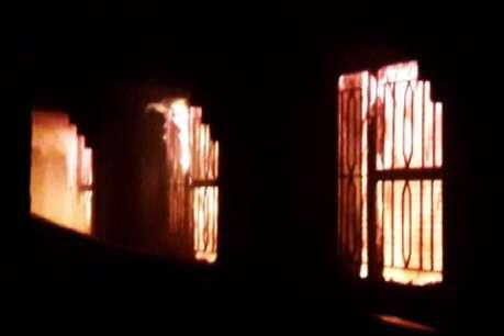 पटाखों की चिंगारी से कपड़ा बाजार में लगी आग, 20 दुकानें स्वाहा