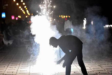 दिल्ली में पटाखों से 'जहरीली' हुई हवा, निर्माण, ट्रकों के प्रवेश पर रोक सोमवार तक बढ़ी
