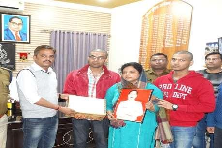 अलीगढ़ के एसएसपी ने इंस्पेक्टर सुबोध के परिजनों को दी 11 लाख की मदद