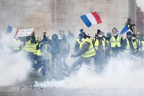 फ्रांस में हिंसक विरोध के बाद टल सकती है पेट्रोलियम करों में वृद्धि