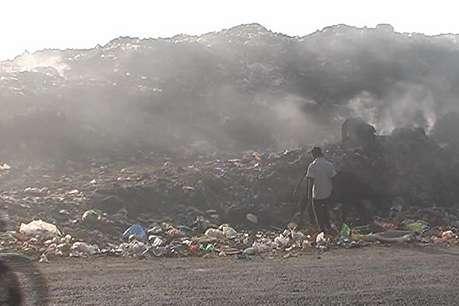 रूद्रपुर: इंसानों के लिए खतरा बना शहर के बीच स्थित यह कचरे का ढेर