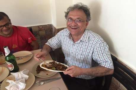 रामचंद्र गुहा ने बीफ खाते हुए शेयर की फोटो, लिखा- BJP शासित गोवा में जश्न मना रहा हूं