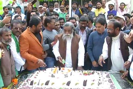 75 पौंड का केक काटकर शिबू सोरेन ने मनाया 75वां जन्मदिन, सीएम ने फोन कर दी बधाई