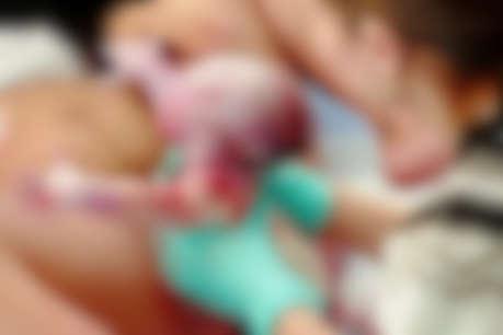 बच्चे को इतने जोर से खींचा... पैरों की हडि्डयां टूट गई, लीवर फट गया