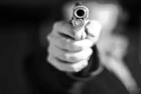 पहले मारी गोली, फिर धारदार हथियार से कर दी युवक की हत्या
