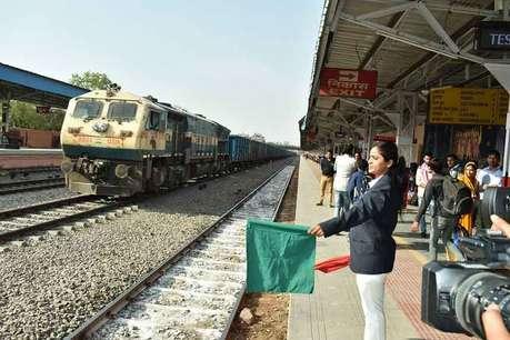 आर्मी के बाद रेलवे ने कहा, 'सारे काम नहीं कर सकती हैं महिलाएं'