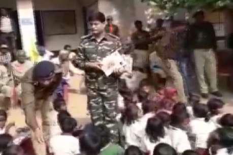 कम्युनिटी पुलिसिंग के तहत नक्सल क्षेत्र में बच्चों को बांटे कपड़े और किताबें