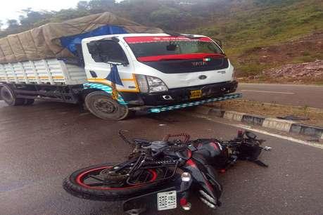 NH-21 पर ट्रक और बाइक में जोरदार टक्कर, 2 घायल, 1 पीजीआई रेफर