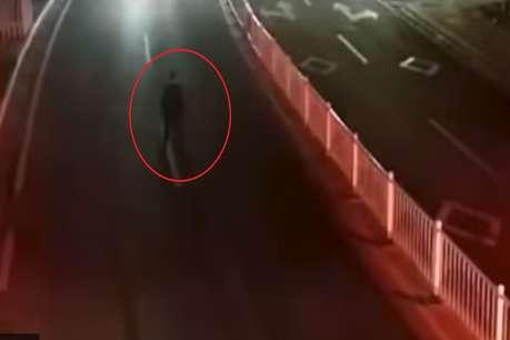 Video: बीच सड़क पर पत्नी की मोहब्बत का इम्तहान ले रहा था पति, वैन से टकराया