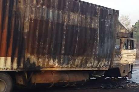 डिवाइडर से टकराने पर गोवंश से भरे ट्रक में लगी आग, चालक गिरफ्तार
