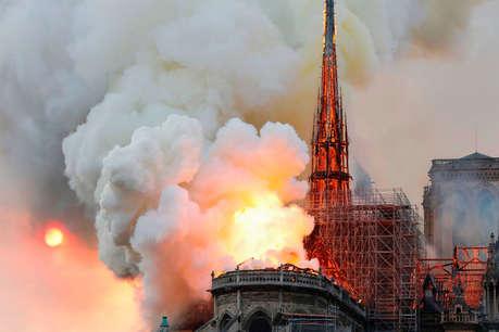 पेरिस के ऐतिहासिक चर्च में लगी आग, पूरे शहर में फैला धुआं