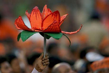 सपा का आरोप- वोट दिया हमें मगर मशीन ने BJP की निकाली पर्ची