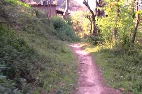 बालाघाट: पिछले 72 साल से है एक अदद सड़क की मांग, खटिया पर डाल ले जाते हैं मरीजों को