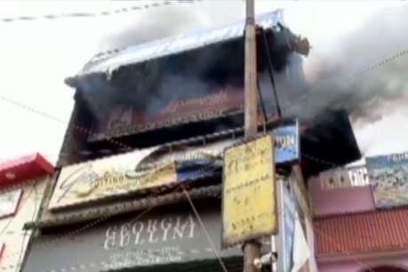 शॉट सर्किट से दुकान में लगी आग, लाखों के कपड़े जलकर खाक