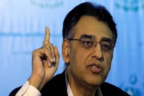 कंगाली की कगार पर पहुंचे पाकिस्तान को लगा बड़ा झटका! वित्त मंत्री असद उमर ने दिया इस्तीफा!