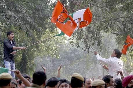 Lok Sabha Election Result 2019, लोकसभा चुनाव परिणाम २०१९: नतीजों के इंतजार में साथ अंताक्षरी खेलते दिखे BJP-कांग्रेस के कार्यकर्ता